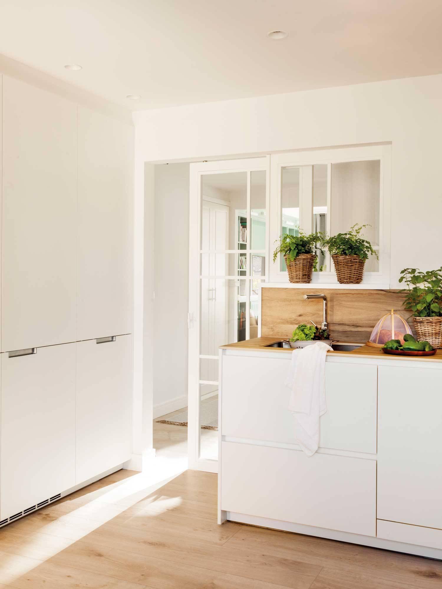 cucina-bianco-mobile-e-legno-pavimento 00515084. E se avete il parquet o il laminato...