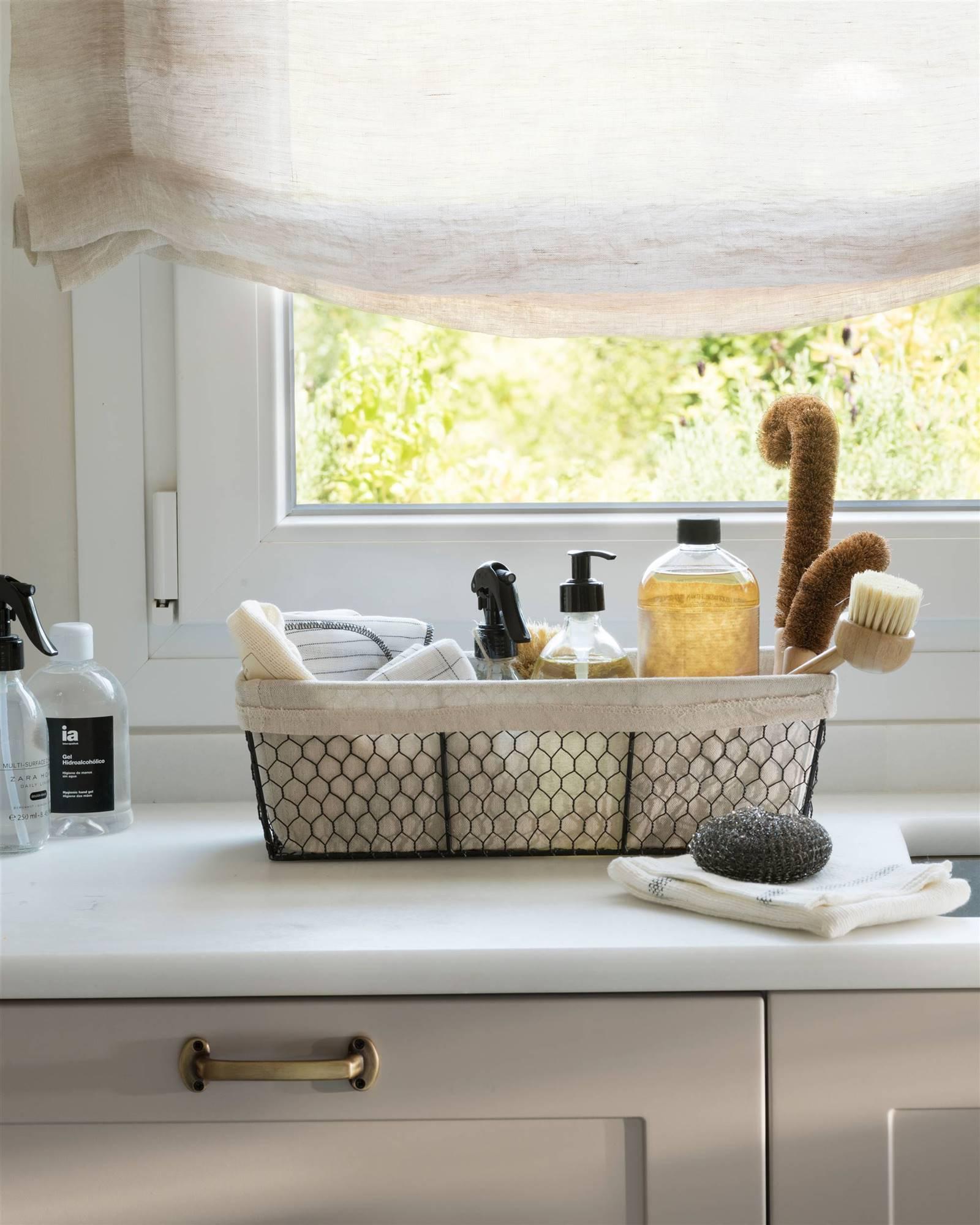 piano di lavoro in marmo con prodotti per la pulizia 00529058. Kit di base di prodotti per la pulizia