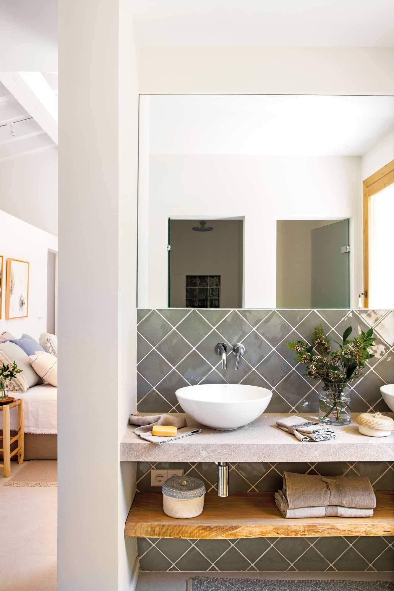 mueble-de-bano-con-encimera-de-cemento-y-balda-en-madera-00508442 f0de967d 1333x2000. Per pulire il bagno
