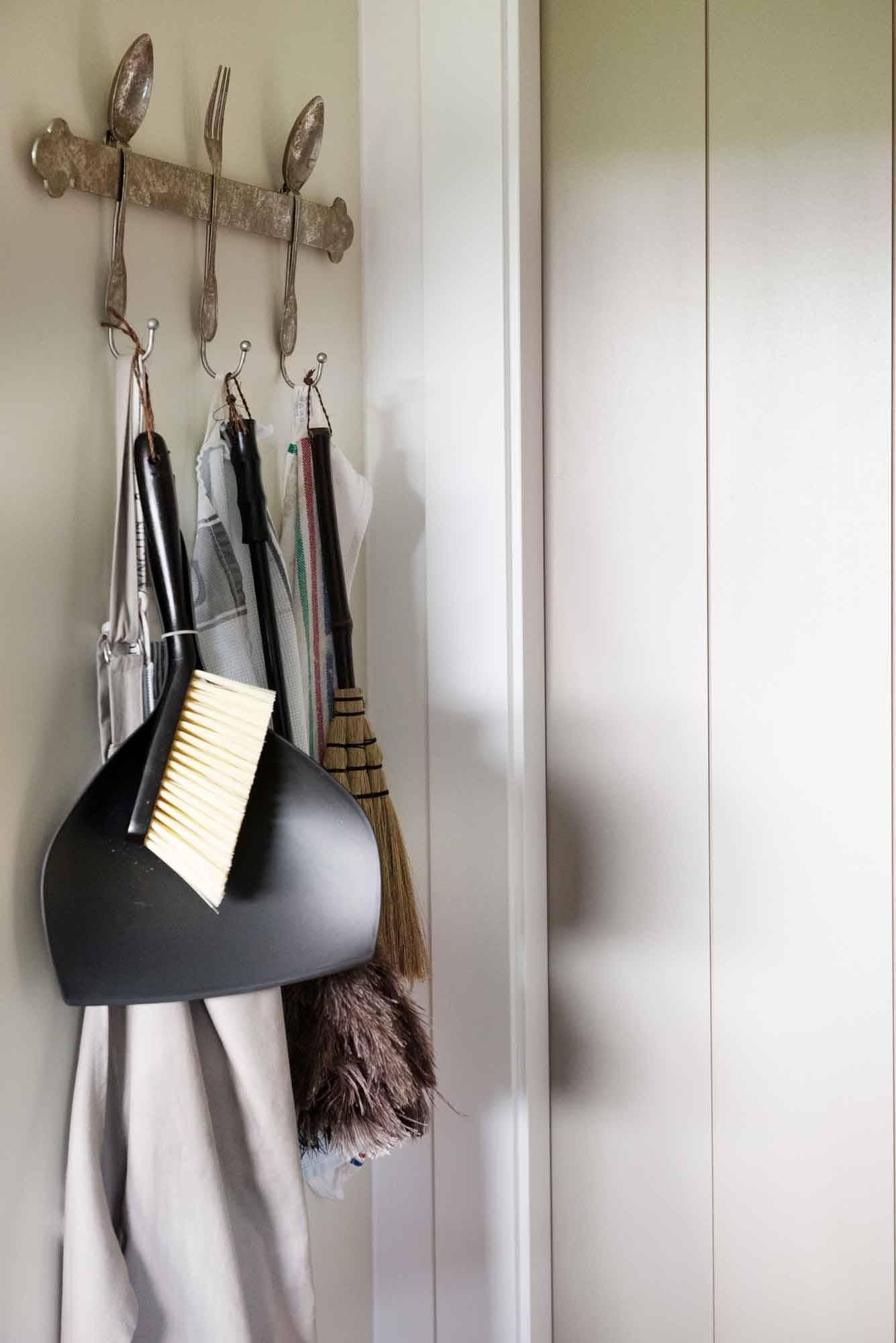 armadio-pulizia-con-utensili-appesi-00524763 O. Cosa eliminare dall'armadio delle pulizie?